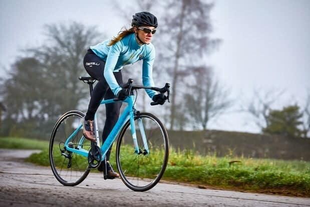 Đạp xe là một bài tập nhẹ nhàng để tăng cường thể lực và sức khỏe tim mạch cho người chạy. Ảnh: Bikerada.