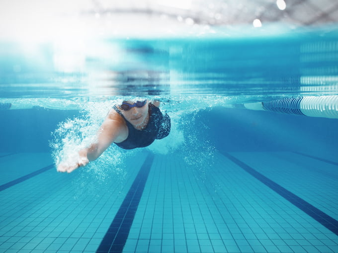 Bơi lội là bài tập tạo sự cân bằng với chạy bộ. Ảnh: Verywellfit.